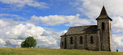 Rocher et chapelle de Ronesque dans le Cantal en Auvergne