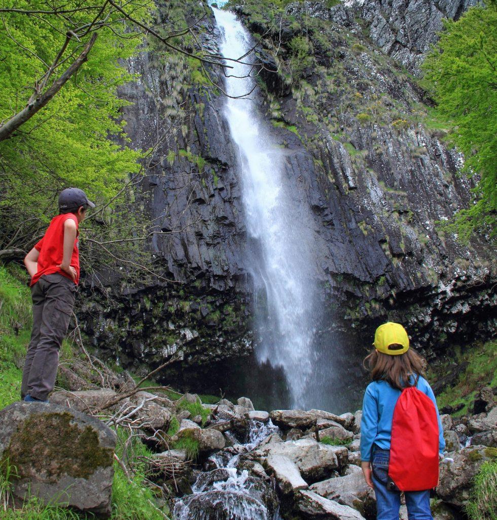 Enfants à la cascade de faillitoux dans le Cantal
