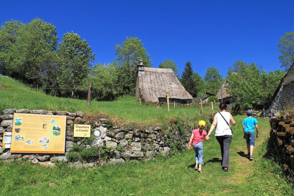 Famille en balade à Niervèze dans le Cantal