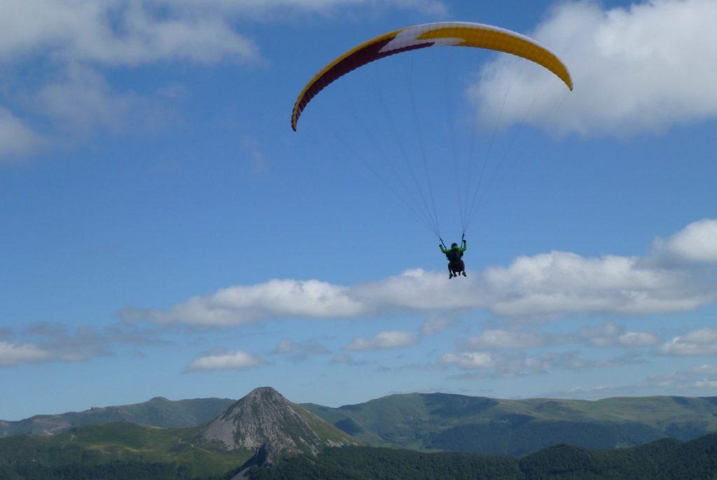 Parapente Cantal Auvergne Baptême ou stage au dessus du grand volcan