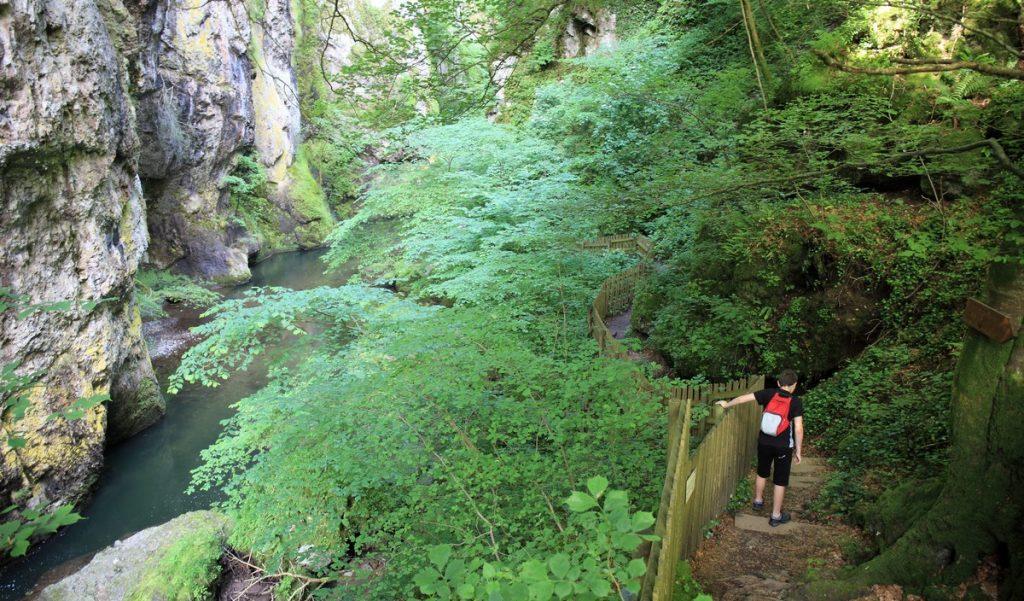 Pas de cere vic sur Cère Cantal Auvergne sentier de découverte famille