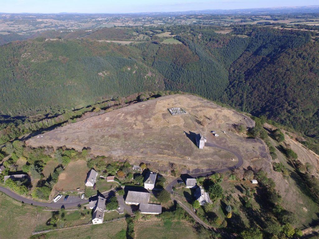 Vue Aérienne du Rocher de Ronesque en Auvergne