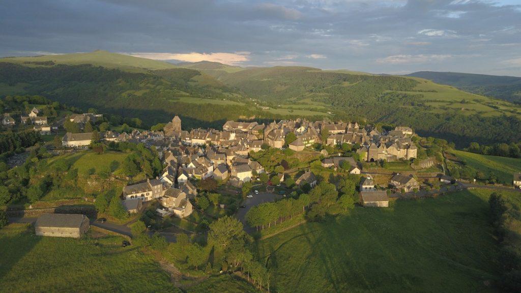 Vue aérienne de Salers dans le Cantal