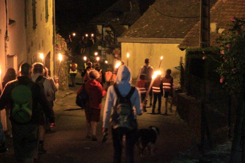 Balade contée au Pas de Cère avec les flambeaux retour vers Vic sur Cère