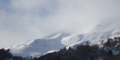 Vue sur le Puy Griou enneigé depuis Font de Cère au Lioran
