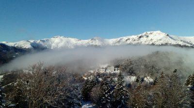 Vue sur le Massif l'hiver depuis le Lioran