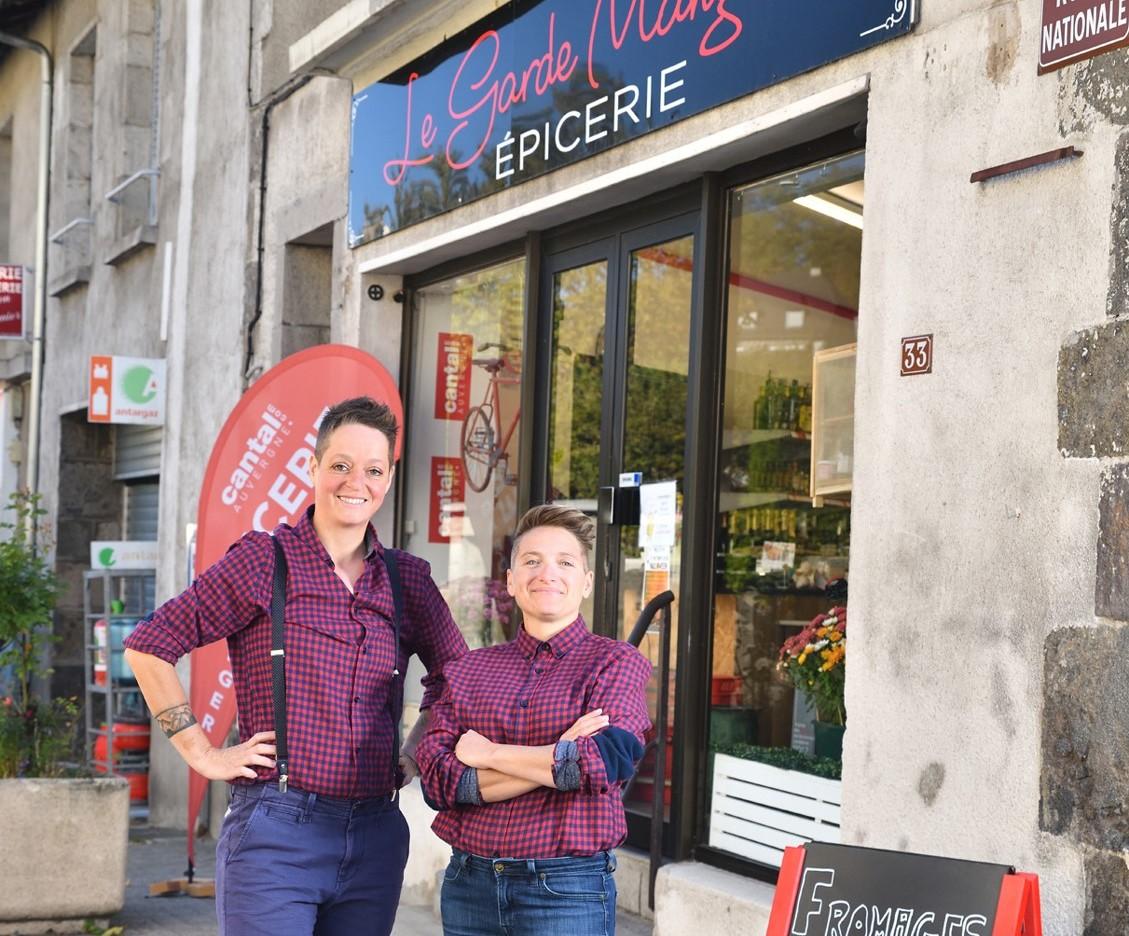 Orianne et Sarah devant leur épicerie le Garde Manger Cantal