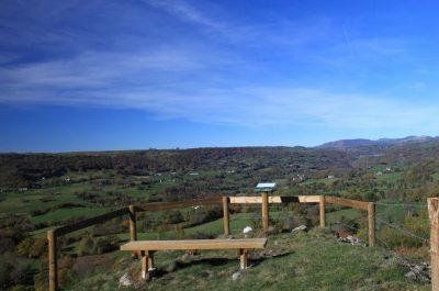 Vue sur la randonnée du Rocher de la Mule raulhac cantal