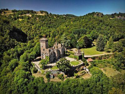 vue aerienne du Chateau de Pesteils Cantal Auvergne