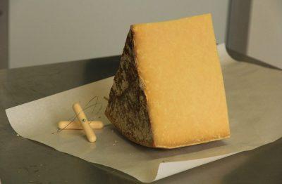 morceau de fromage d'auvergne cantal et salers