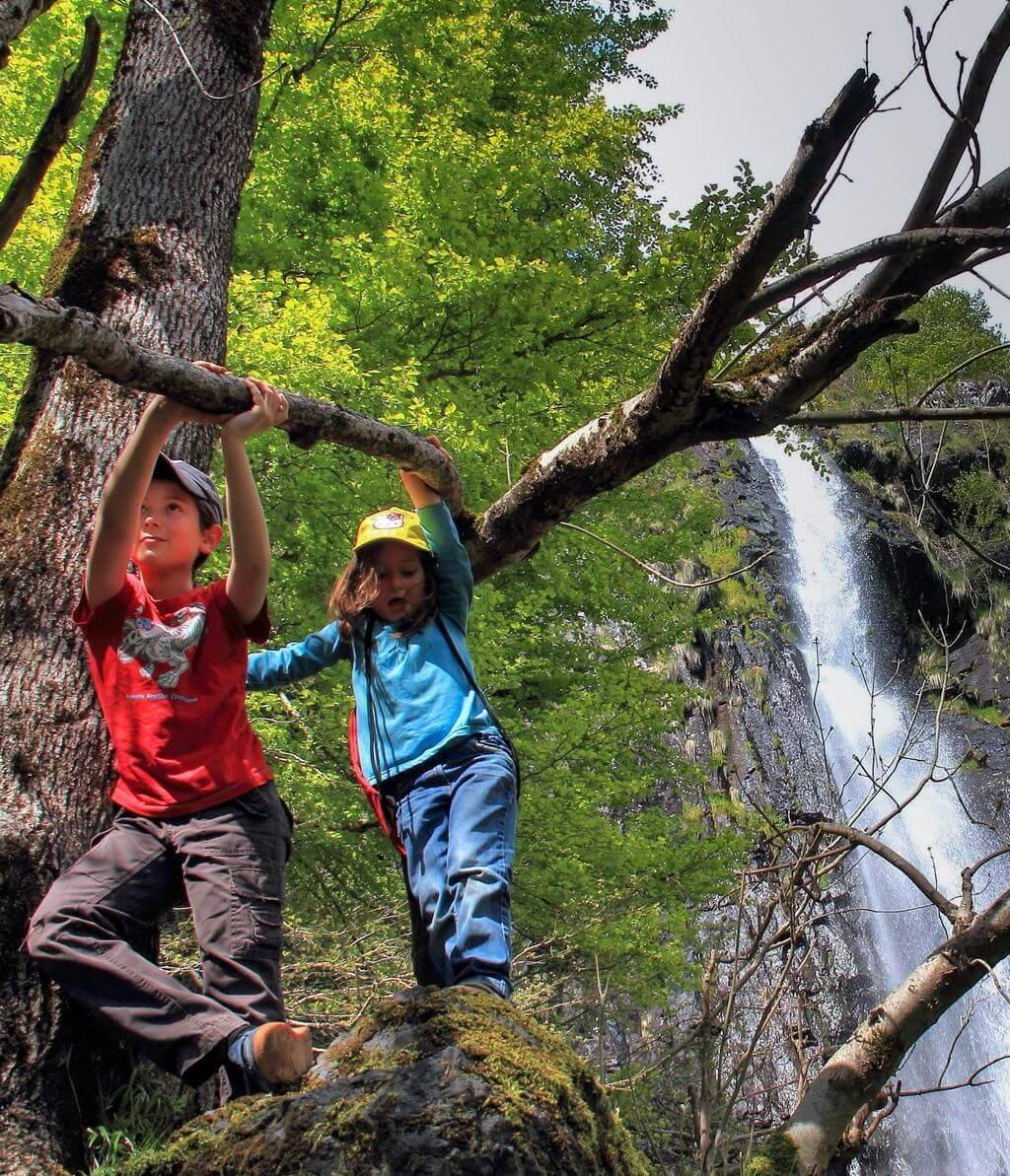 enfants en auvergne près d'une cascade