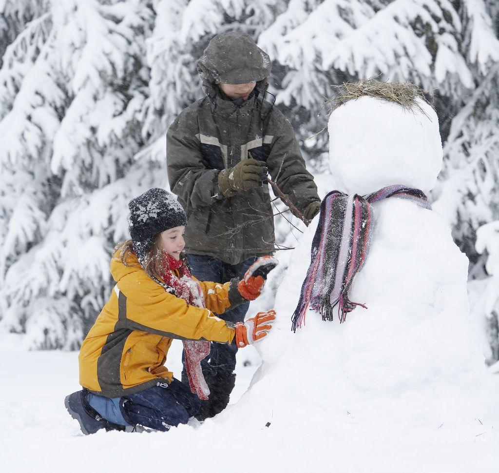 enfants jouant dans le neige à Pailherols dans le Cantal