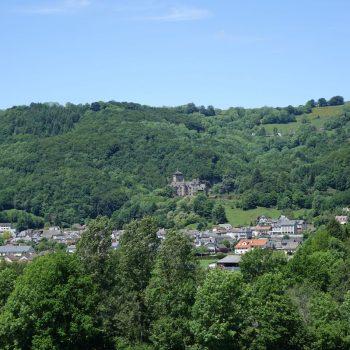 Polminhac et chateau de Pesteils au printemps Cantal